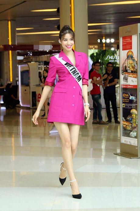 My nhan Viet 'bien' san bay thanh san catwalk - Anh 1