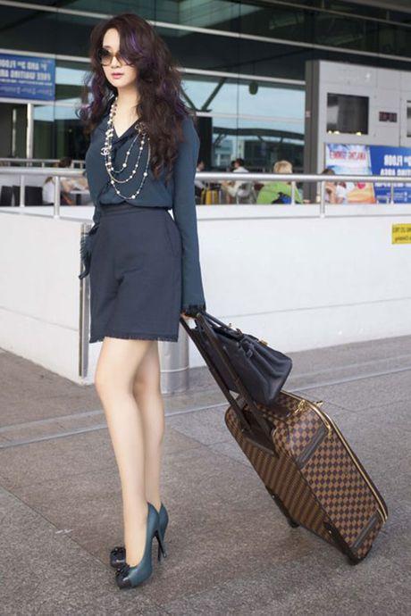My nhan Viet 'bien' san bay thanh san catwalk - Anh 7