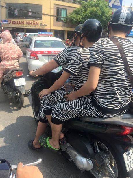 'Dong bon' dich thuc la phai the nay, di dau cung dien do giong y xi nhau - Anh 1