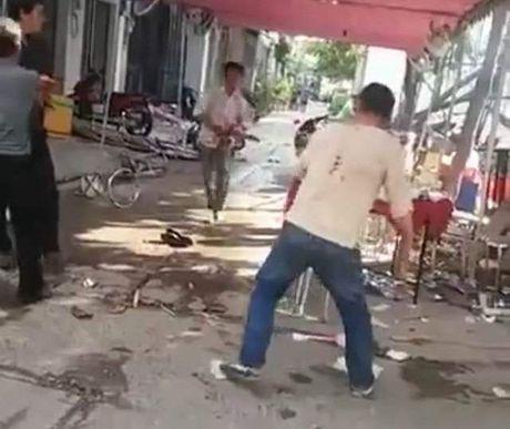 Hon chien bang ma tau tai bua tiec, nhieu nguoi trong thuong - Anh 1
