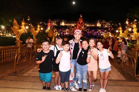 Noo Phuoc Thinh dua me va cac hoc tro di du lich Thai Lan - Anh 8