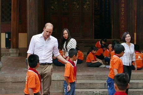 Hoang tu Anh William dao pho co Ha Noi, uong ca phe via he - Anh 2