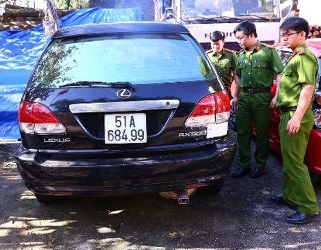 Cong an Binh Duong tam giu nhieu o to dung giay to gia - Anh 1