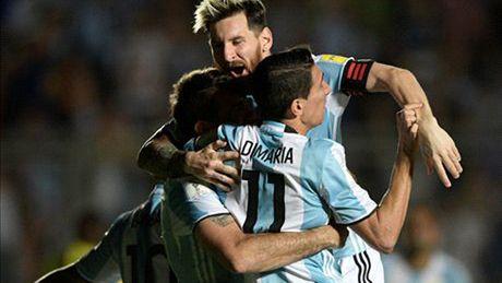 Messi lap sieu pham sut phat, giai cuu Argentina - Anh 1