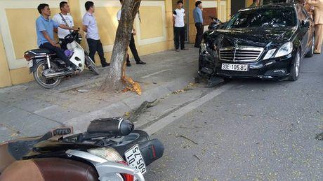 Ha Noi: Xe Mercedes huc bay 2 xe may roi 'phanh' bang goc cay - Anh 1