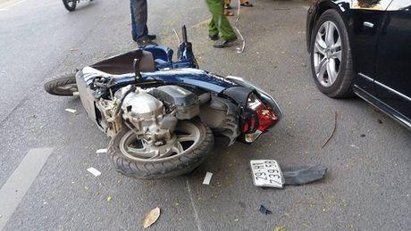 Ha Noi: Xe Mercedes huc bay 2 xe may roi 'phanh' bang goc cay - Anh 2