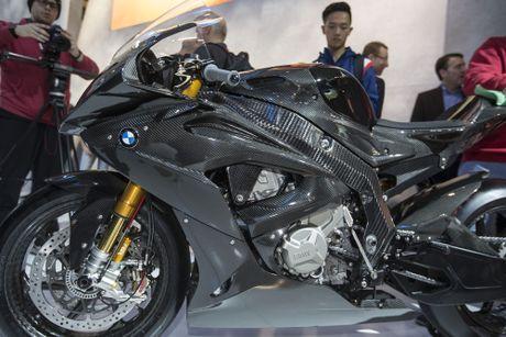 BMW mang sieu moto carbon HP4 dau voi Ducati Superleggera - Anh 4