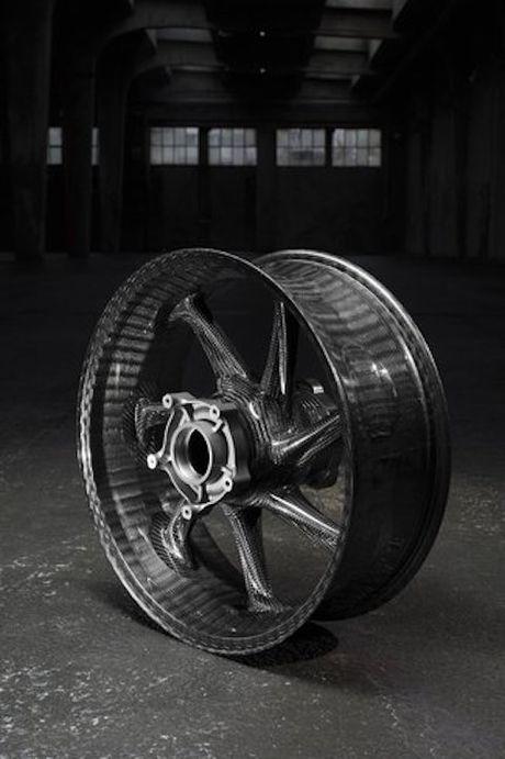 BMW mang sieu moto carbon HP4 dau voi Ducati Superleggera - Anh 5