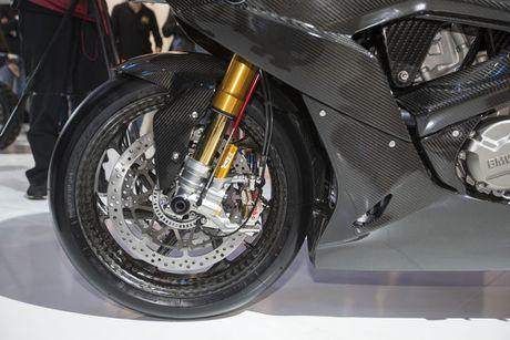 BMW mang sieu moto carbon HP4 dau voi Ducati Superleggera - Anh 6