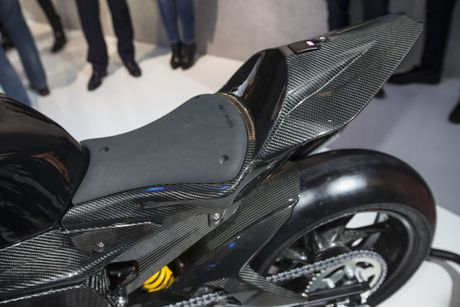 BMW mang sieu moto carbon HP4 dau voi Ducati Superleggera - Anh 7