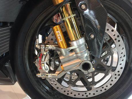 BMW mang sieu moto carbon HP4 dau voi Ducati Superleggera - Anh 9
