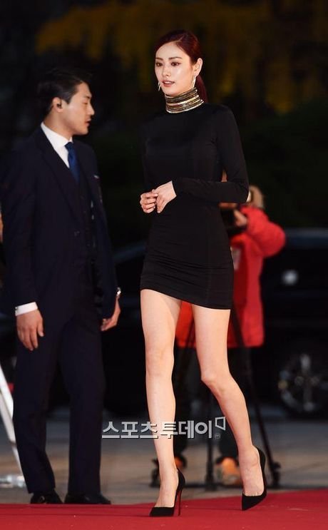Mac vay bo khoe chan dai, Nana noi bat hon ca Park Shin Hye, Yoona, Suzy - Anh 1