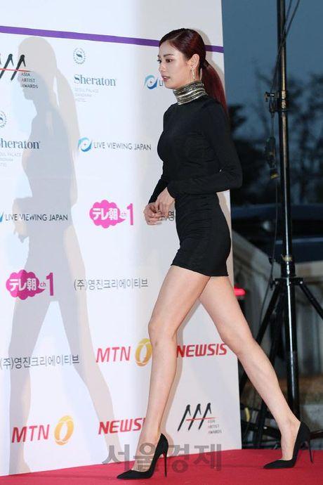 Mac vay bo khoe chan dai, Nana noi bat hon ca Park Shin Hye, Yoona, Suzy - Anh 3