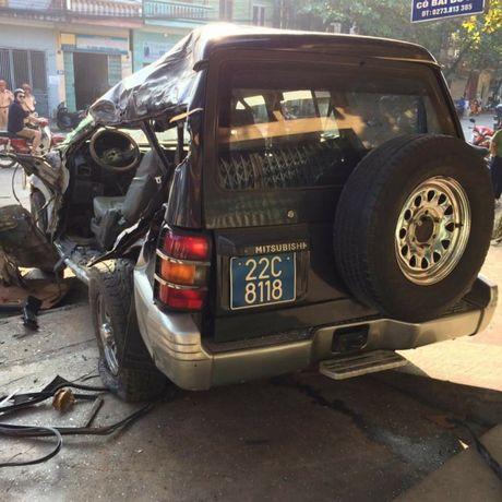 Tuyen Quang: Xe khach lan lan tong xe bien xanh, 1 nguoi tu vong - Anh 1