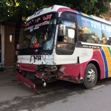 Tuyen Quang: Xe khach lan lan tong xe bien xanh, 1 nguoi tu vong - Anh 2