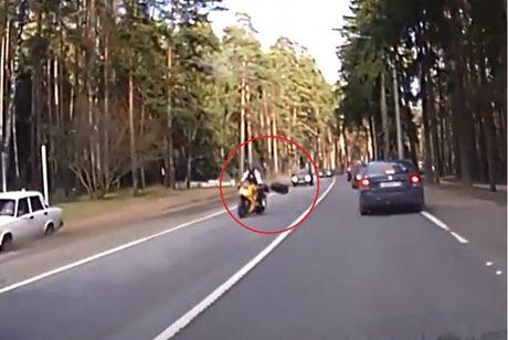 Biker den dui bi lop xe hoi ha guc - Anh 1