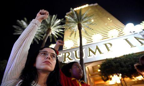 Nhung nhom dung sau bieu tinh chong Trump o My - Anh 1