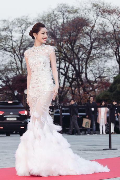 Chi Pu long lay, khoe sac ben Park Shin Hye va Yoona trong hau truong Asia Artist Awards - Anh 1