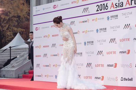 Chi Pu long lay, khoe sac ben Park Shin Hye va Yoona trong hau truong Asia Artist Awards - Anh 4