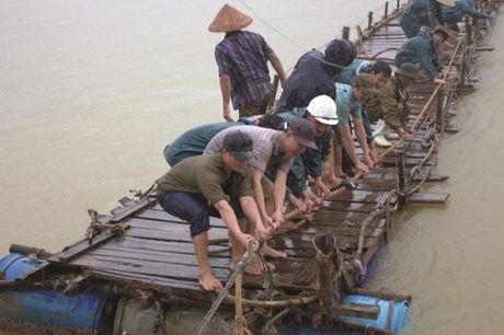 Hau bao lu mien Trung: Chung tay noi lai nhip cau yeu thuong - Anh 6