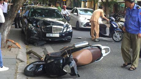 Xe Mercedes dam lien hoan 4 nguoi di xe may o Ha Noi - Anh 1
