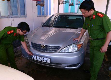 Nhieu xe sang o Binh Duong bi thu giu vi giay gia - Anh 1