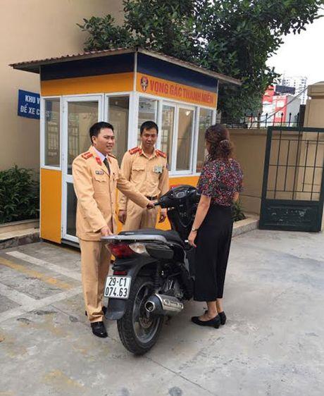 Canh sat giao thong Ha Noi tra lai xe SH cho nguoi dan - Anh 2