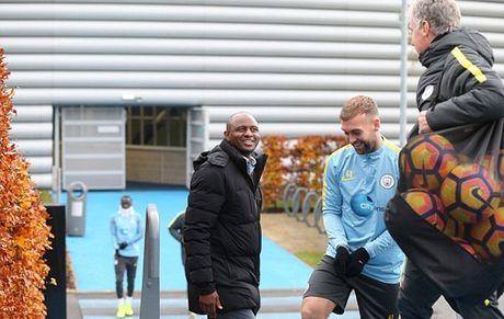 Huyen thoai Arsenal ngo lo doi nha, ghe tham buoi tap cua Man City - Anh 1