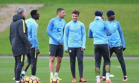 Huyen thoai Arsenal ngo lo doi nha, ghe tham buoi tap cua Man City - Anh 4