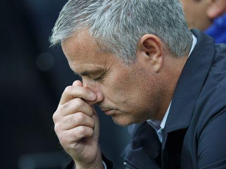 Rooney say ti bi, Mourinho chi biet da xoay FA - Anh 2