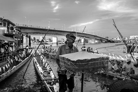 Tung bung le hoi nuoc Bon Om Touk hut du khach o Campuchia - Anh 1
