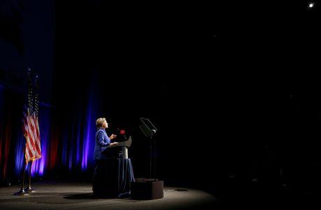 Ba Hillary Clinton buon ba trong lan tai xuat - Anh 4