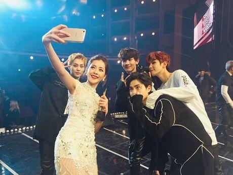 Chi Pu selfie cung EXO, noi bat ben dan sao khung - Anh 5