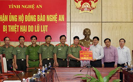 Thu truong Bui Van Nam tang qua ung ho dong bao bi lu lut tai Nghe An - Anh 1