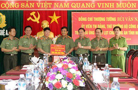 Thu truong Bui Van Nam tang qua ung ho dong bao bi lu lut tai Nghe An - Anh 2
