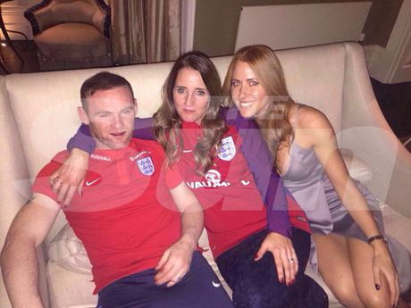 Rooney say ruou, vui ve voi hai 'kieu nu' - Anh 1