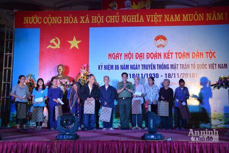 Chung vui Ngay hoi Dai doan ket toan dan toc tai thon Chi Quan 2 - Anh 1