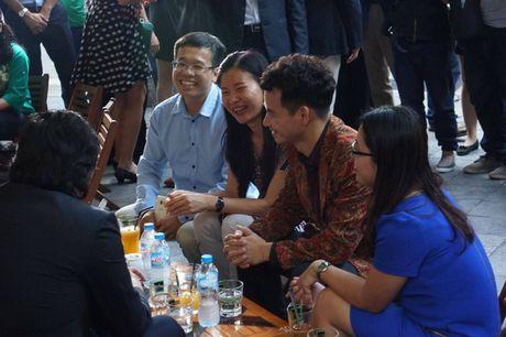 Nghe si hai Xuan Bac ke chuyen uong ca phe via he voi Hoang tu William - Anh 2