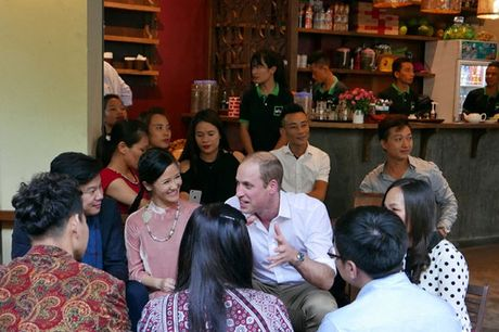 Nghe si hai Xuan Bac ke chuyen uong ca phe via he voi Hoang tu William - Anh 4
