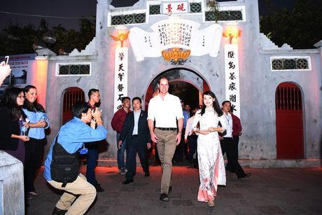 Nghe si hai Xuan Bac ke chuyen uong ca phe via he voi Hoang tu William - Anh 6