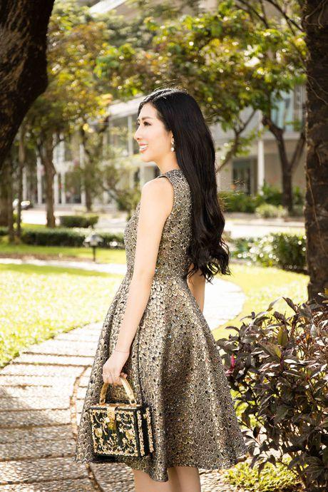 Hoa hau Dien anh Thanh Mai ruc ro duoi nang - Anh 10