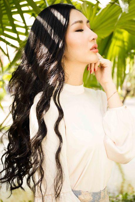 Hoa hau Dien anh Thanh Mai ruc ro duoi nang - Anh 1