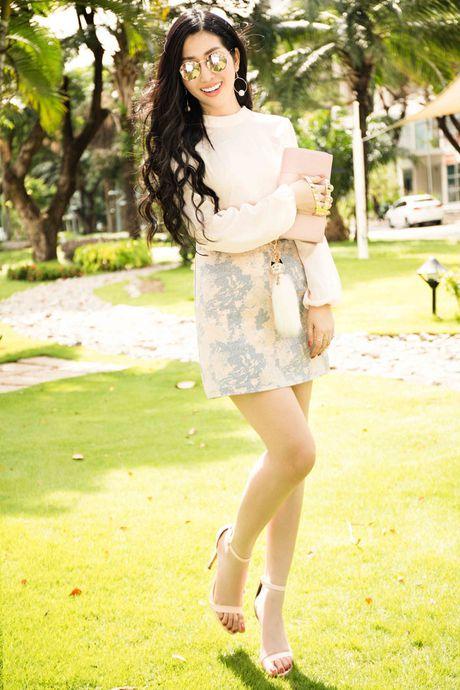Hoa hau Dien anh Thanh Mai ruc ro duoi nang - Anh 4