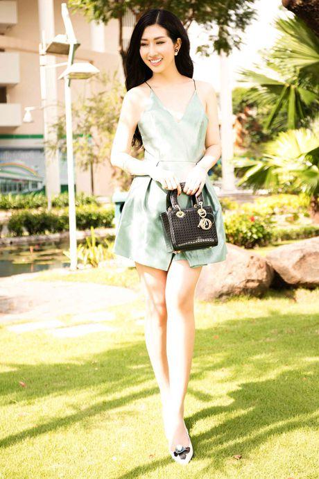 Hoa hau Dien anh Thanh Mai ruc ro duoi nang - Anh 6