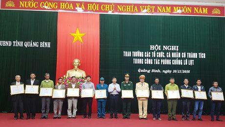 Thu tuong tang bang khen cho cac dien hinh trong mua lu tai Quang Binh - Anh 1