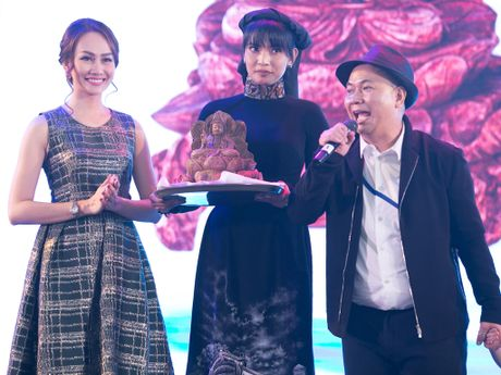 Kim Duyen, Truong Thi May thuyet phuc Le Quyen mua dau gia tu thien - Anh 2