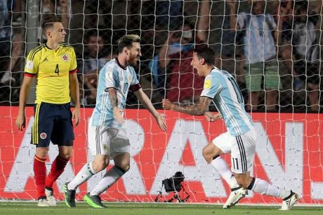Messi 'lenh' cho dong doi tay chay bao chi - Anh 1