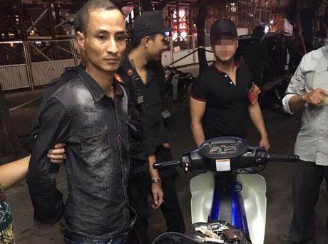 Thanh nien moi ra tu thu sung ngan gap phai canh sat 141 - Anh 2