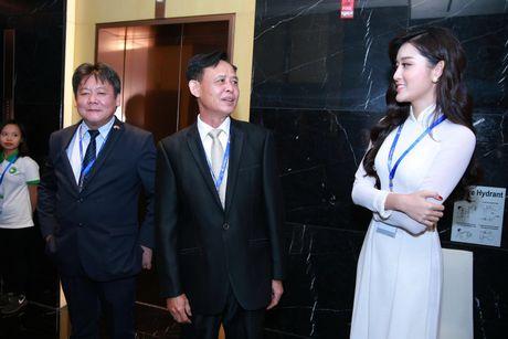 A hau Huyen My dien ao dai trang don tiep Hoang tu Anh - Anh 5