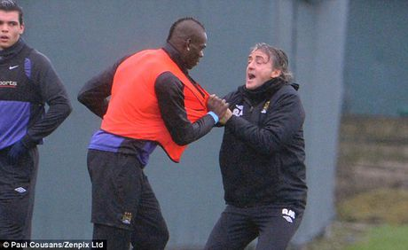 Bo qua thu han, Balotelli het loi ca ngoi Roberto Mancini - Anh 1